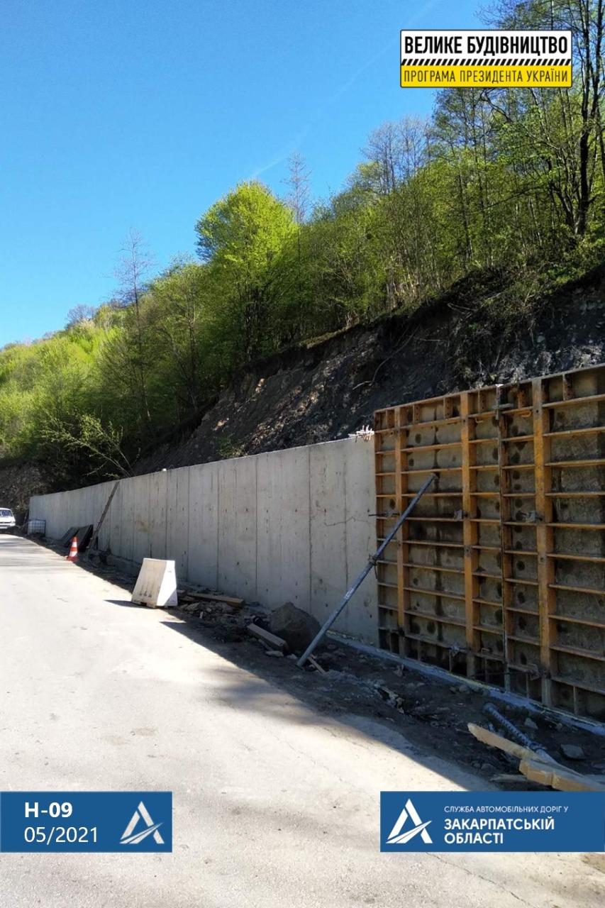 На дорозі Мукачево – Рахів – Івано-Франківськ – Львів знаходиться найвища підпірна стінка, яку доводилося будувати