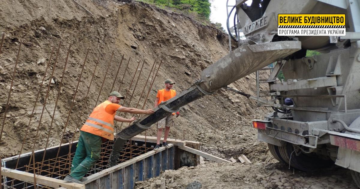 «Для гірського Закарпаття будівництво підпірних стінок є важливим, оскільки такі конструкції захищають дорожнє полотно від розмиву земляного шару та зсувів ґрунту», — Анатолій Полосков