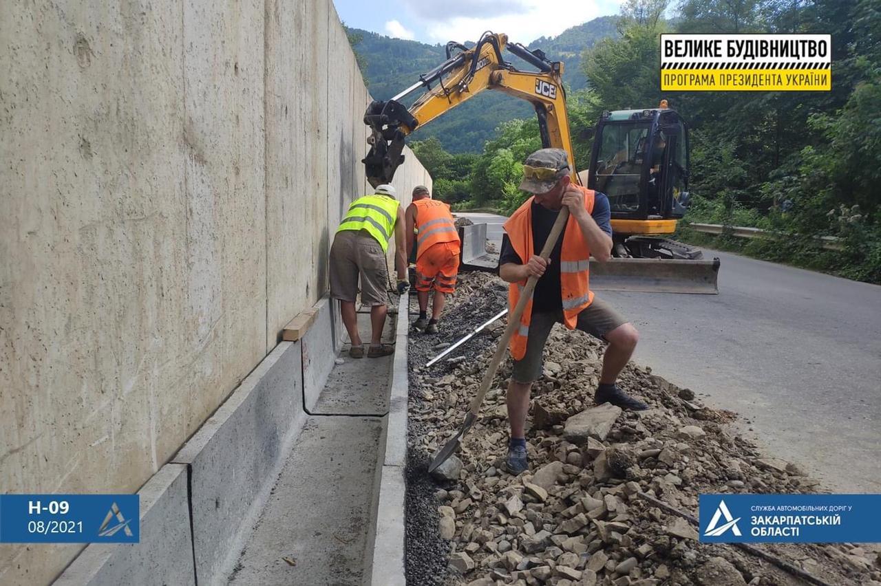 """""""Ця підпірна стінка є однією з найдовших у нашій області"""", - на Рахівщині завершують будівництво однієї з найдовших підпірних стінок в області"""