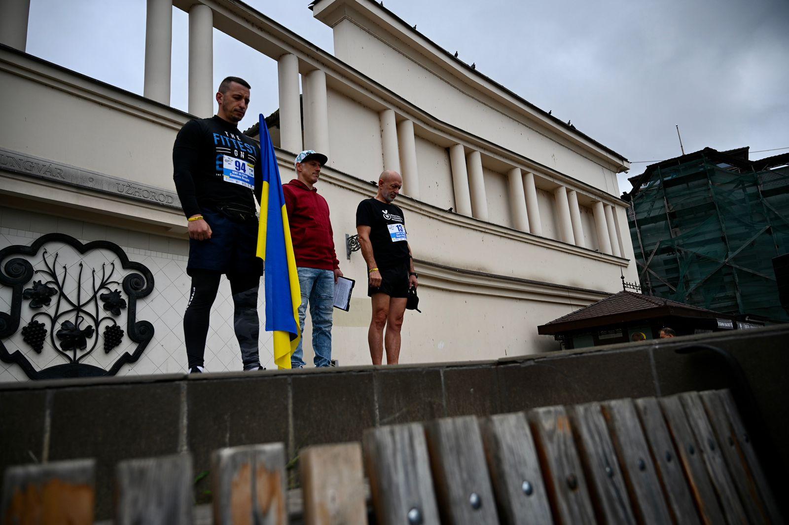 «Біжу не сам, біжу з героєм», — до Всеукраїнського забігу «Шаную воїнів, біжу за Героїв України» долучилося майже 150 закарпатців
