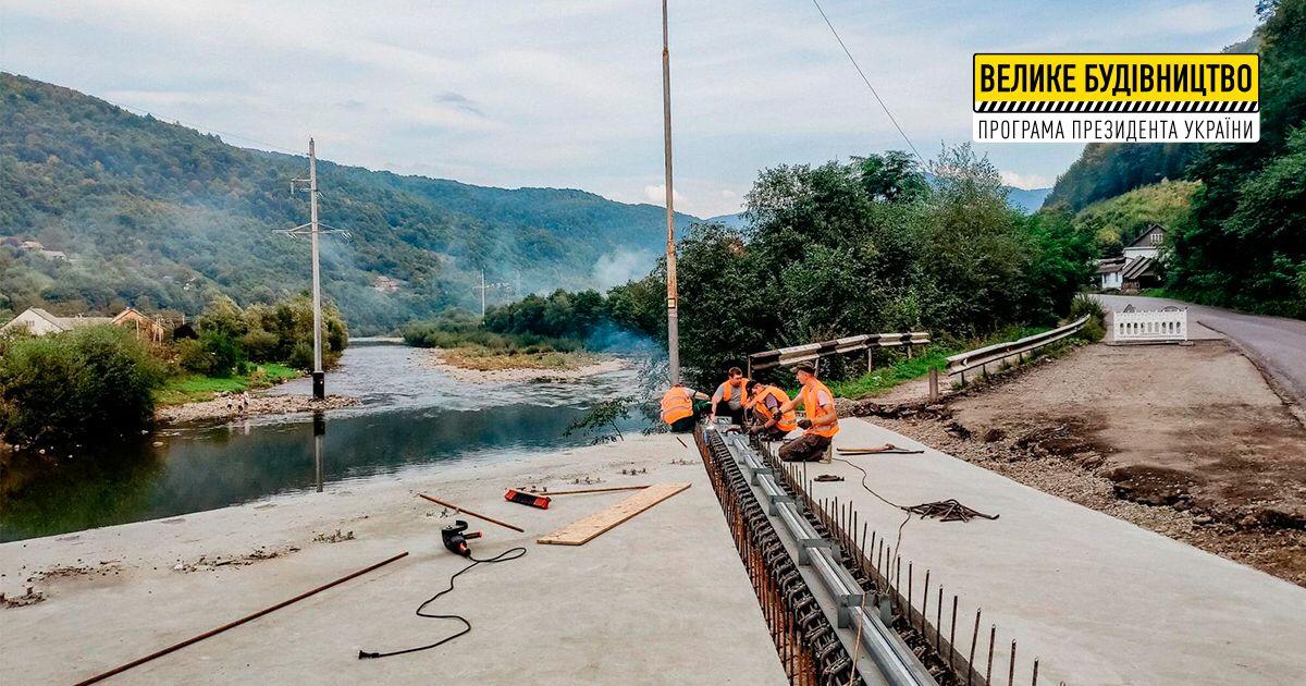 У с. Вучкове дорожники ремонтують другу половину мосту